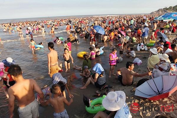 Ảnh: Người ken kín bãi biển Sầm Sơn ngày giữa tuần - 7