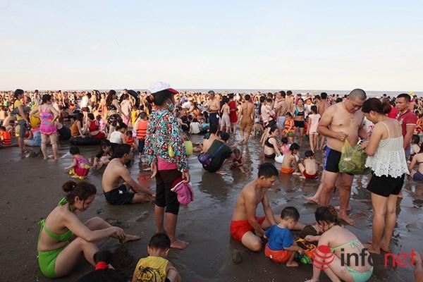 Ảnh: Người ken kín bãi biển Sầm Sơn ngày giữa tuần - 8