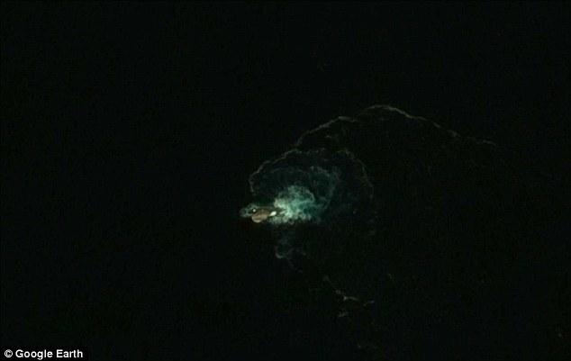 Google Earth tìm ra thủy quái dài 120m khét tiếng? - 1