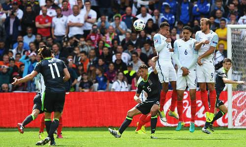 """Ảnh đẹp Euro 17/6: Người Anh khiến Bale """"bẽ mặt"""" - 2"""