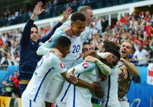 """Ảnh đẹp Euro 17/6: Người Anh khiến Bale """"bẽ mặt"""" - 5"""