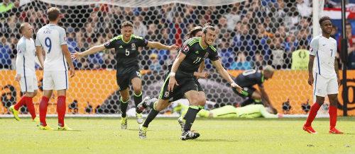 """Ảnh đẹp Euro 17/6: Người Anh khiến Bale """"bẽ mặt"""" - 1"""