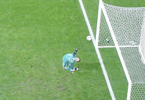 """Ảnh đẹp Euro 17/6: Người Anh khiến Bale """"bẽ mặt"""" - 14"""