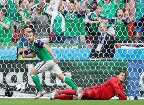 """Ảnh đẹp Euro 17/6: Người Anh khiến Bale """"bẽ mặt"""" - 10"""