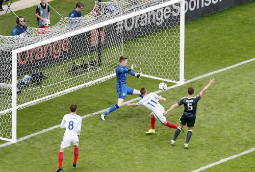 """Ảnh đẹp Euro 17/6: Người Anh khiến Bale """"bẽ mặt"""" - 3"""