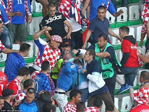 Nghi án CĐV Croatia ném pháo, cố ý muốn đội nhà bị loại - 7