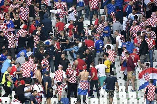 Nghi án CĐV Croatia ném pháo, cố ý muốn đội nhà bị loại - 8