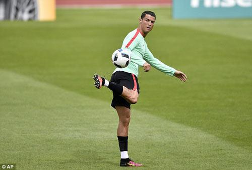"""Hết bực bội, Ronaldo chờ """"thông nòng"""" ở Euro - 3"""