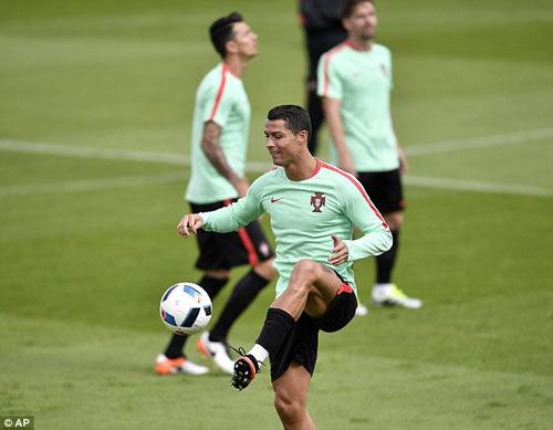 """Hết bực bội, Ronaldo chờ """"thông nòng"""" ở Euro - 4"""