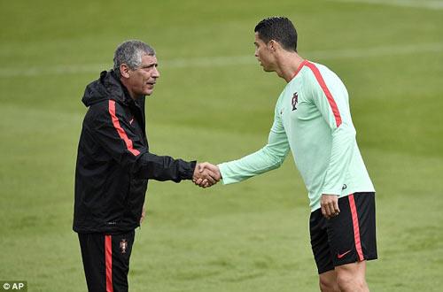 """Hết bực bội, Ronaldo chờ """"thông nòng"""" ở Euro - 5"""