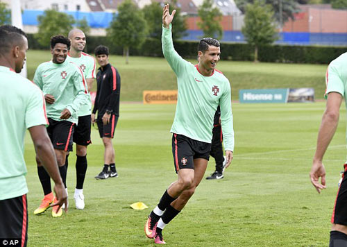 """Hết bực bội, Ronaldo chờ """"thông nòng"""" ở Euro - 6"""