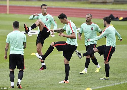 """Hết bực bội, Ronaldo chờ """"thông nòng"""" ở Euro - 7"""