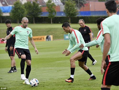 """Hết bực bội, Ronaldo chờ """"thông nòng"""" ở Euro - 8"""