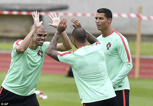 """Hết bực bội, Ronaldo chờ """"thông nòng"""" ở Euro - 9"""