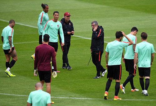 """Hết bực bội, Ronaldo chờ """"thông nòng"""" ở Euro - 10"""