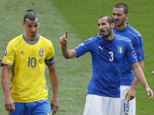 Khiêu khích trong trận, Ibrahimovic suýt tẩn Chiellini - 1
