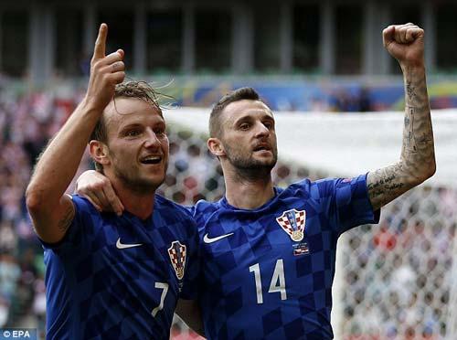 Nghi án CĐV Croatia ném pháo, cố ý muốn đội nhà bị loại - 3