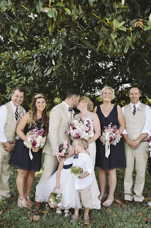 """Nụ hôn của cặp đôi 4 tuổi """"gây sốt"""" đám cưới - 1"""