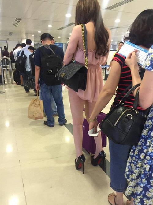 Cô gái mặc váy ngắn như áo tại sân bay Tân Sơn Nhất - 1