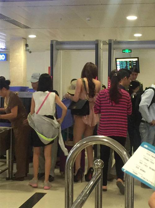 Cô gái mặc váy ngắn như áo tại sân bay Tân Sơn Nhất - 2