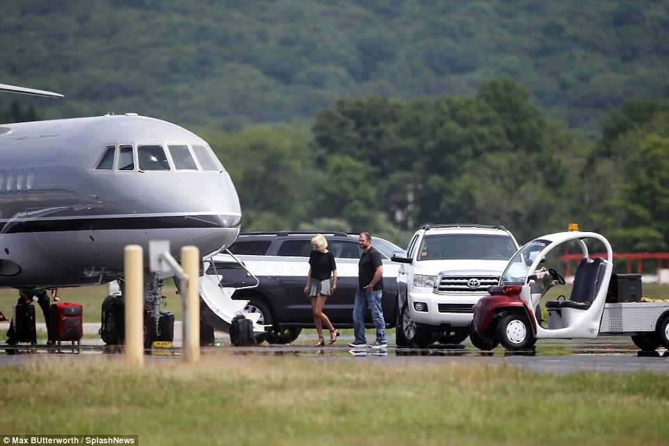 Khám phá hai chiếc phi cơ siêu sang của Taylor Swift - 6