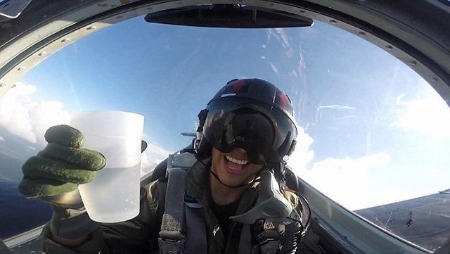 Video: Phi công uống nước khi lái chiến đấu cơ lộn ngược - 2