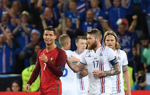 Ronaldo và 10 lần đánh mất hình tượng trên sân - 1