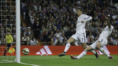 Ronaldo và 10 lần đánh mất hình tượng trên sân - 2