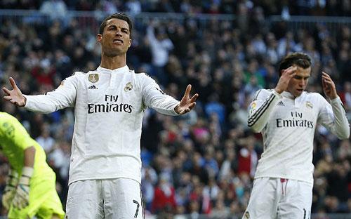 Ronaldo và 10 lần đánh mất hình tượng trên sân - 4