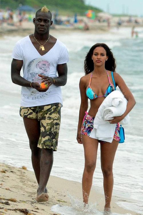 Bồ cũ Balotelli khoe dáng nóng bỏng với bikini bé xíu - 10