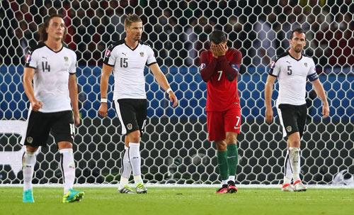 Ronaldo lập kỷ lục buồn: Đá phạt kém, đá 11m tồi - 11