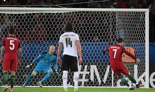 Ronaldo lập kỷ lục buồn: Đá phạt kém, đá 11m tồi - 10