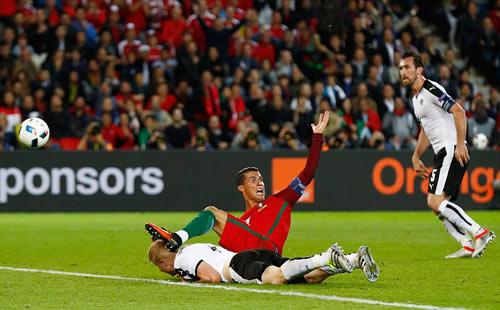 Ronaldo lập kỷ lục buồn: Đá phạt kém, đá 11m tồi - 9