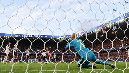 Ronaldo lập kỷ lục buồn: Đá phạt kém, đá 11m tồi - 7