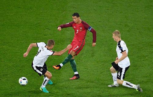 Ronaldo lập kỷ lục buồn: Đá phạt kém, đá 11m tồi - 6