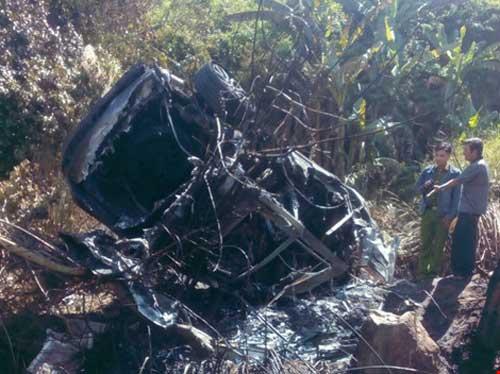 Xe ô tô đâm vào núi phát nổ, 5 người bị thương - 1