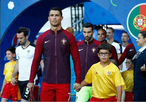 """Ảnh đẹp Euro 19/6: Ronaldo làm """"tan nát"""" trái tim người Bồ - 9"""