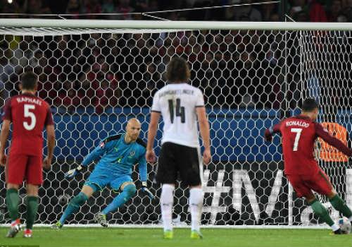 """Ảnh đẹp Euro 19/6: Ronaldo làm """"tan nát"""" trái tim người Bồ - 11"""