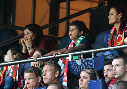 """Ảnh đẹp Euro 19/6: Ronaldo làm """"tan nát"""" trái tim người Bồ - 12"""