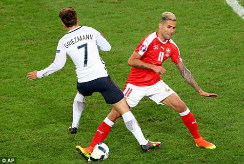 Hi hữu ở Euro: Áo rách 3 lần, bóng thủng - 3