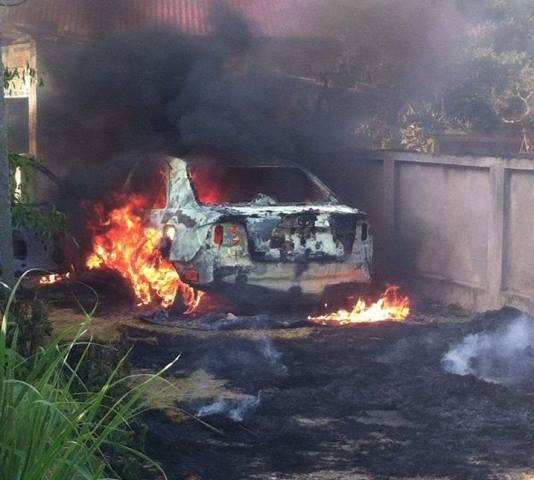 Ô tô cháy như đuốc vì đỗ trên... đống rơm - 3