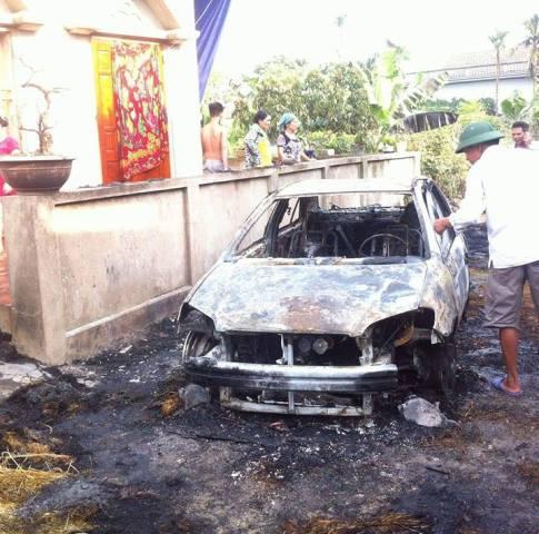 Ô tô cháy như đuốc vì đỗ trên... đống rơm - 4