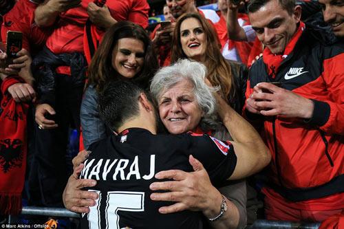 Video hot EURO 20/6: CĐV Albania ăn mừng như vô địch - 2