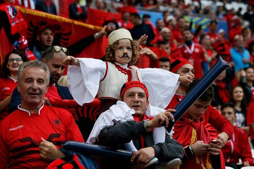 Video hot EURO 20/6: CĐV Albania ăn mừng như vô địch - 4