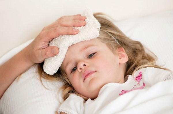 Chuyên gia chia sẻ bài thuốc hạ sốt cho trẻ em bằng cây nhà lá vườn - 1