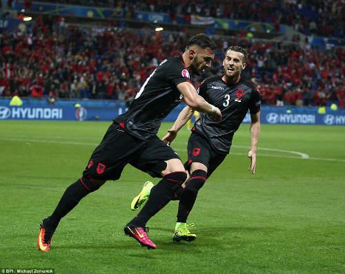 """Ảnh đẹp Euro 20/6: Pogba chúc mừng """"Ngày của bố"""" - 2"""
