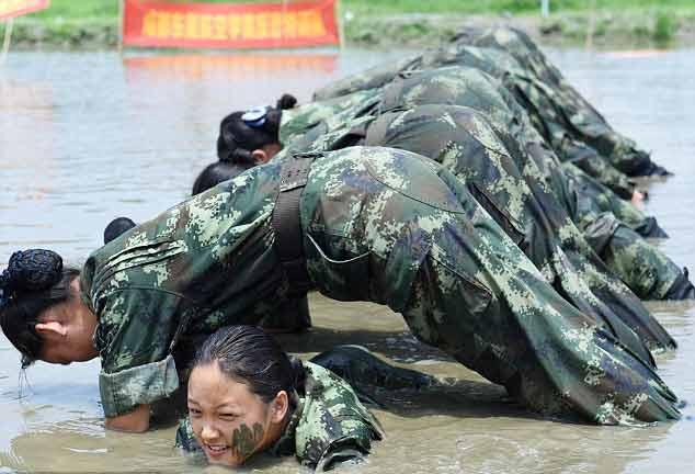 Tiếp viên hàng không vác gỗ, lội bùn, đánh võ - 2