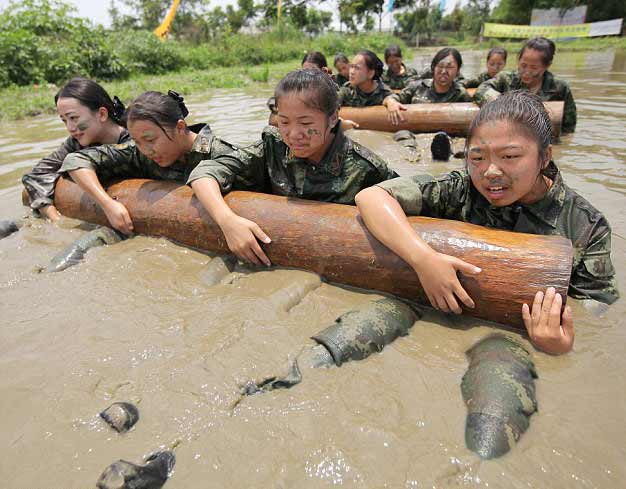 Tiếp viên hàng không vác gỗ, lội bùn, đánh võ - 5