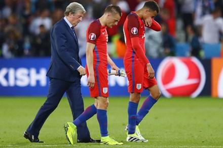 Bị Slovakia 'cưa điểm', cầu thủ Anh ôm vợ tìm an ủi - 1
