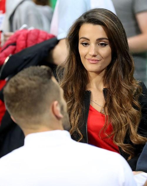 Bị Slovakia 'cưa điểm', cầu thủ Anh ôm vợ tìm an ủi - 10